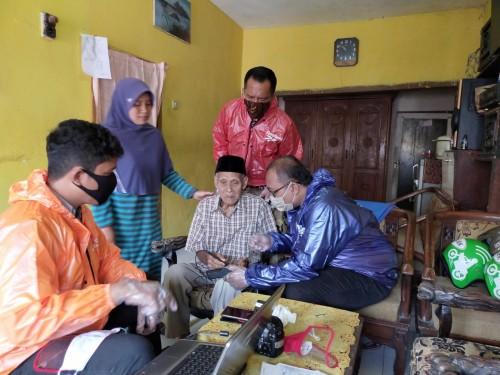 Upaya jemput bola perekaman e-KTP oleh petugaa Diapendukcapil Kota Malang (Istimewa).