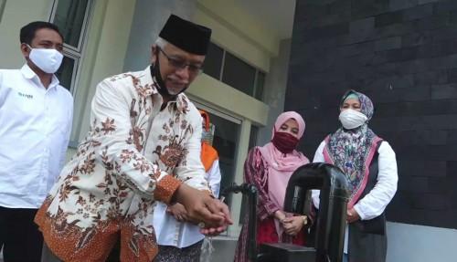 Wakil Rektor 3 Bidang Kemahasiswaan UIN Malang Dr H Isroqunnajah MAg saat menjajal mempraktikkan pemakaian westafel sensor UIN Malang. (Foto: istimewa)
