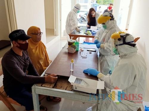 Tenaga kesehatan saat melakukan rapid test di Desa Mojorejo, Kecamatan Junrejo. (Foto: istimewa)