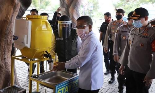Wakil Wali Kota Batu Punjul Santoso saat mencuci tangan di Jawa Timur Park 2 beberapa saat lalu. (Foto: Humas Pemkot Batu)