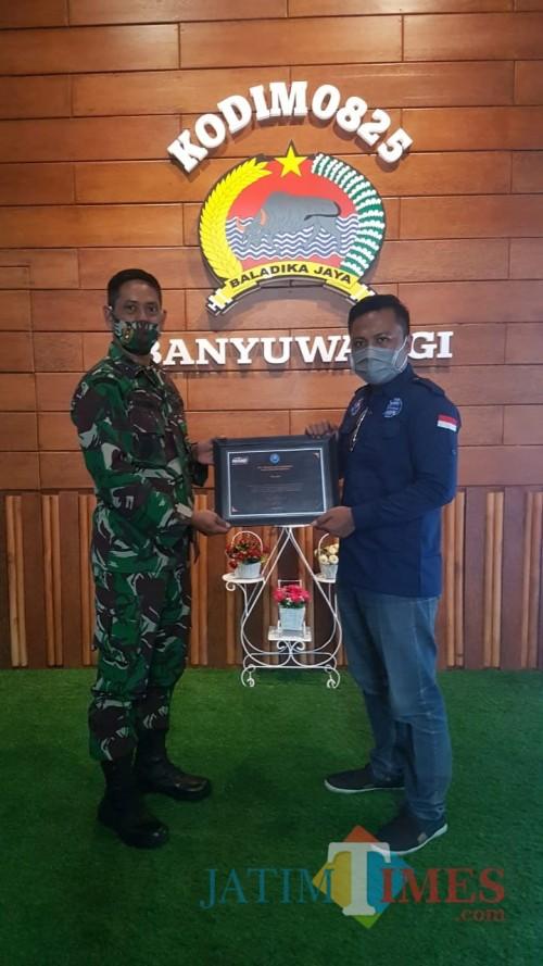 Kasdim 0825 Banyuwangi menerima piagam dari DPC LAN Banyuwangi (Nurhadi Banyuwangi Jatim Times)