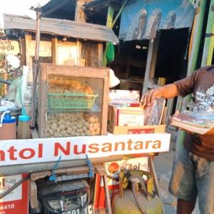 Kisah Warga Jombang Jualan Pentol Keliling sambil Bawa Buku untuk Dibaca Pelanggan