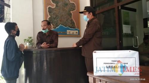 Anggota Komisi A saat berbincang dengan warga yang mengurus dokumen kependudukan (Joko Pramono/ JatimTIMES)
