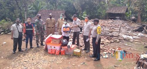 BPBD Jember bersama Camat Sumberbaru dan Pemdes Karangbayat saat memberikan bantuan kepada Pak Budin korban kebakaran (foto: Moh. Ali Makrus/ JatimTIMES)