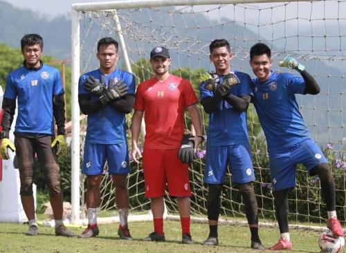 Barisan penjaga gawang Arema FC bersama pelatih kiper Felipe Americo. (official Arema FC)