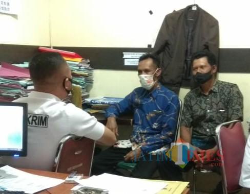 Dua orang pelapor saat di ruang penyidik Reskrim Polres Tulungagung. / Foto : Istimewa / Tulungagung TIMES