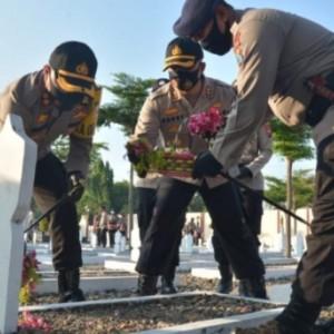 Polisi Madiun Tabur Bunga di Makam Pahlawan