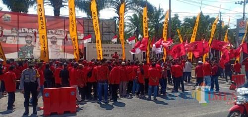 Kader PDIP Kabupaten Blitar saat unjuk rasa di Mapolres Blitar.(Foto : Aunur Rofiq/BlitarTIMES)