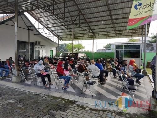 Masyarakat saat mengantri JPS di kantor Dinsos-P3AP2KB (Hendra Saputra)