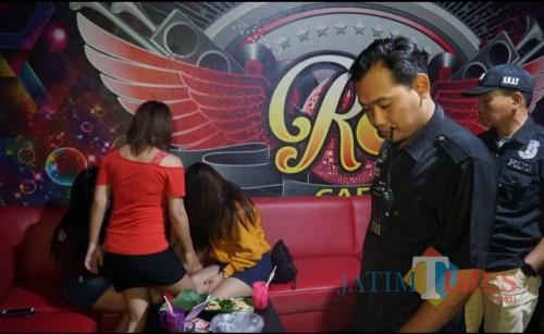 Penggrebekan Kafe dan  Karaoke R3 di Desa Ngoran, Kecamatan Nglegok, Kabupaten Blitar, oleh Polda Jatim.