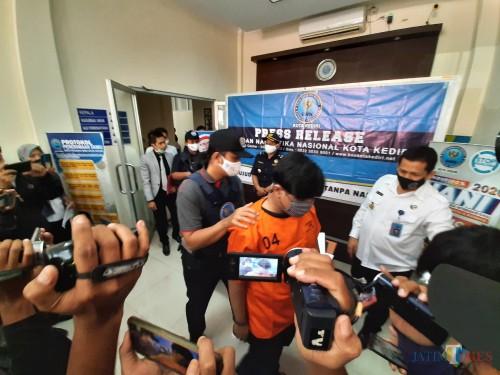 BNN Kota Kediri menggelar press rilis hasil penangkapan ganja.(eko arif s/Jatimtimes)