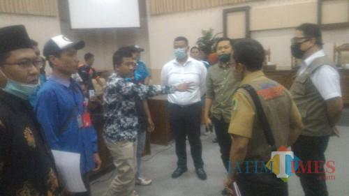 Suasana Hearing DPRD dengan driver yang sempat memanas di ruang khusus DPRD Banyuwangi. (Nurhadi Banyuwangi Jatim Times)