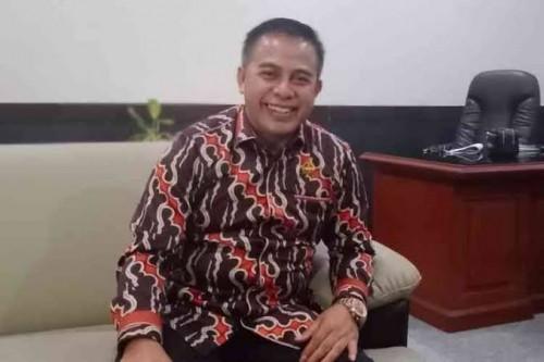Wakil Ketua DPRD Kabupaten Malang dari Fraksi Partai Golkar, Miskat yang sedang berada di ruangan kerjanya. (Foto: Istimewa)