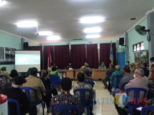 Wali Kota Malang Sutiaji (tengah) beri pengarahan di Kantor Kelurahan Kiduldalem Kecamatan Klojen, Kota Malang (Pipit Anggraeni/MalangTIMES).