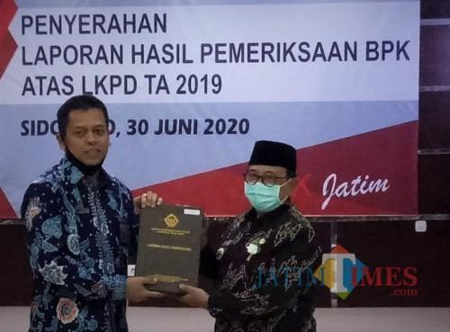 Bupati Blitar Rijanto (kanan) menerima laporan hasil pemeriksaan BPK atas LKPD Tahun 2019, Kab Blitar meraih opini WTP