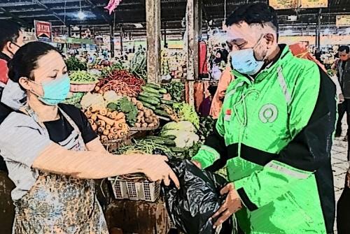 Ilustrasi saat belanja memanfaatkan driver ojek online di pasar tradisional Kota Malang (istimewa)