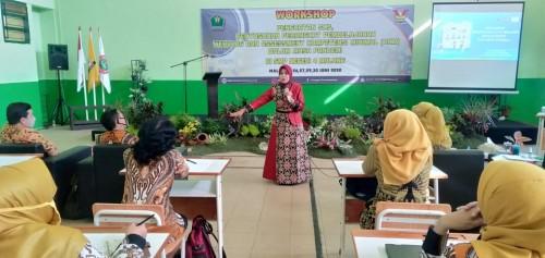 Kadisdikbud kota Malang Dra Zubaidah MM dalam workshop di SMP Negeri 4 Malang. (Foto: istimewa)