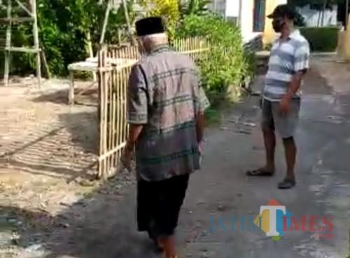 Kakek dari Kel Sentul Kota Blitar berjalan penuh semangat usai sembuh dari covid-19