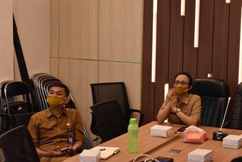 Kepala Bappeda Kota Malang Dwi Rahayu (kanan) saat menghadiri konferensi video dengan Bappenas RI. (Bappeda Kota Malang for MalangTIMES).