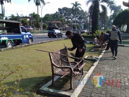 Potret petugas DLH Kota Malang saat memberi penghalang kursi (DLH for MalangTIMES)
