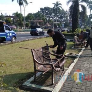 Penghalang Kursi Taman Dilepas, DLH Kota Malang Kembali Pasang Kawat dan Bambu