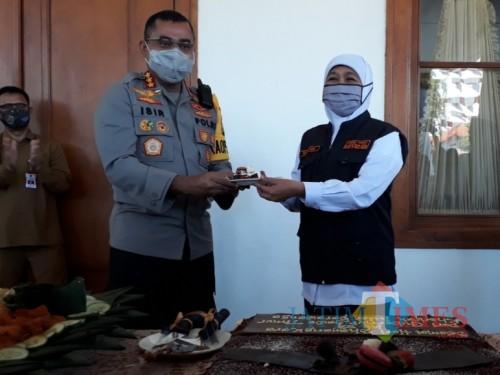 HUT Polri ke-74, Gubernur Khofifah Potong Tumpeng dan Kue di Gedung Negara Grahadi