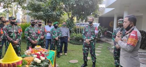 Jajaran Korem 083 Bdj dan Kodim 0833 saat mendatangi rumah dinas kapolresta Malang Kota  untuk memberikan surprise. (Ist)