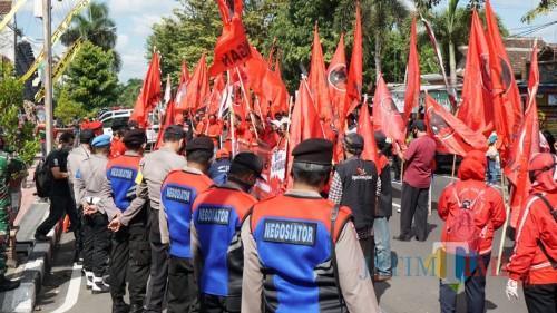 Aksi massa PDIP di Mapolres Blitar Kota (Foto: Aunur Rofiq/BlitarTIMES)