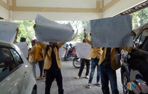 Aksi Aliansi Mahasiswa Wisnuwardhana tuntut pemotongan UKT. (Foto: Ima/MalangTIMES)