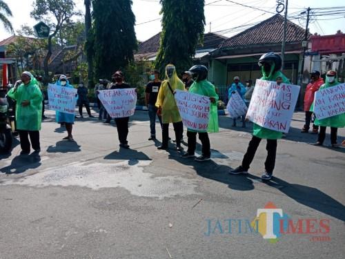 Pakai Jas Hujan Kresek, Ormas di Jombang Demo ke DPRD Soal Transparasi Anggaran Covid-19