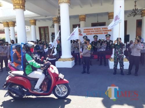HUT Bhayangkara, Ratusan Ojol Diberi Hadiah Partisi oleh Forkopimda Jatim