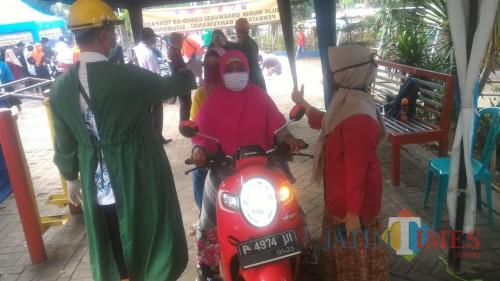 Sulistyowati, Camat Wongsorejo Turun Langsung Memantau Masyarakat Di Ceck Point Wongsorejo Banyuwangi Nurhadi Banyuwangi Jatim Times
