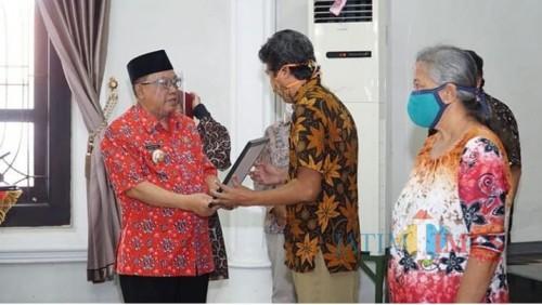 Wali Kota Blitar Santoso serahkan simbolis bantuan Rehabilitasi RTLH di Aula Dinas Perumahan Rakyat Kota Blitar (Foto: Aunur Rofiq/BlitarTIMES)