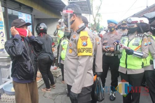 Turun ke Pasar, TNI-Polri di Kota Blitar Disiplinkan Masyarakat Gunakan Masker