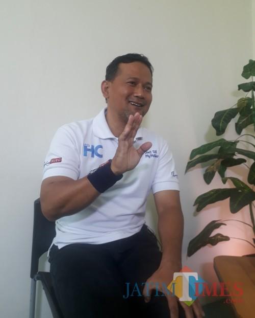 Heri Cahyono atau yang akrab disapa Sam HC di sela-sela acara Times Talk di Studio MalangTimes, Jumat (3/7/2020). (Foto: Tubagus Achmad/ MalangTIMES)