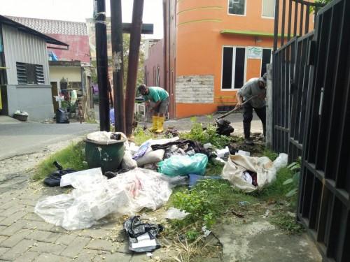 Satgas DPUPRPKP saat membersihkan saluran drainase di Jalan Sunan Kalijaga beberapa waktu lalu. (DPUPRPKP)