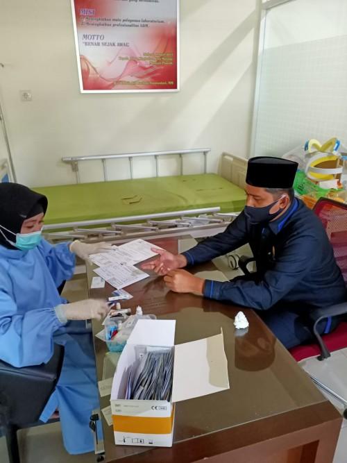 Anggota Komisi C DPRD Kota Malang Ahmad Fuad Rahman saat lakukan rapid test (Istimewa).