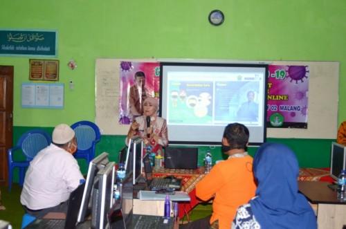 Kepala Disdikbud kota Malang, Zubaidah saat menjadi narasumber dalam workshop di SMP Islam Ma'arif 2 Malang. (Foto: istimewa)