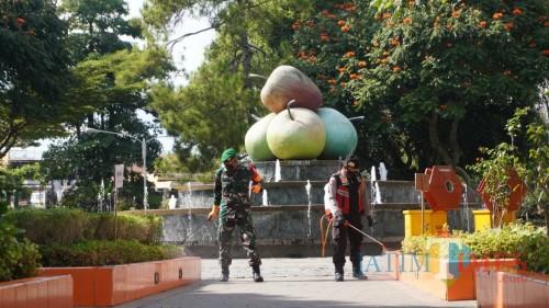 Petugas TNI dan Polri saat menyemprotkan disinfektan.