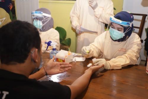 Petugas saat melakukan rapid test (Humas Pemkot Malang).