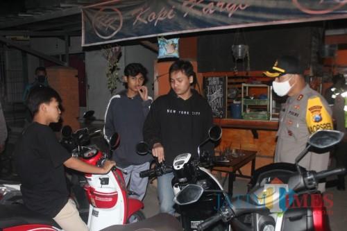 Aparat TNI-Polri menertibkan pemuda yang berkerumun di tempat nongkrong