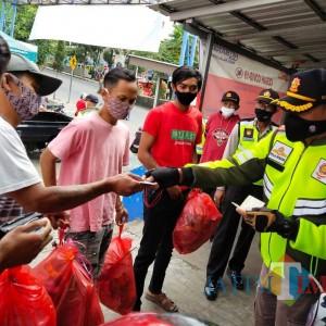 Bandel Tak Gunakan Masker, Pemuda di Kota Batu Ini Dihukum Kumpulkan Sampah