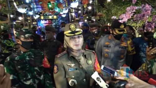 Bupati Jember didampingi Kapolres dan Dandim 0824 saat memberikan keterangan pers usai melakukan patroli (foto : Nanang / Jatim TIMES)