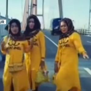 Videonya Viral! Aksi Emak-Emak Berbaju Kuning Main TikTok di Suramadu Berujung Sanksi