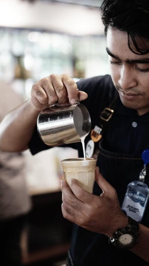 Ilustrasi pembuatan kopi yang disajikan dalam secangkir gelas dan masih dapat dinikmati sebelum pandemi Covid-19 menyebar di Malang Raya.