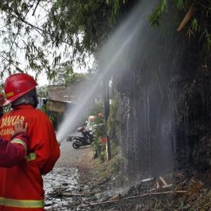 Bakar Sampah Kerja Bakti, Barongan Bambu Malah Ikut Terbakar