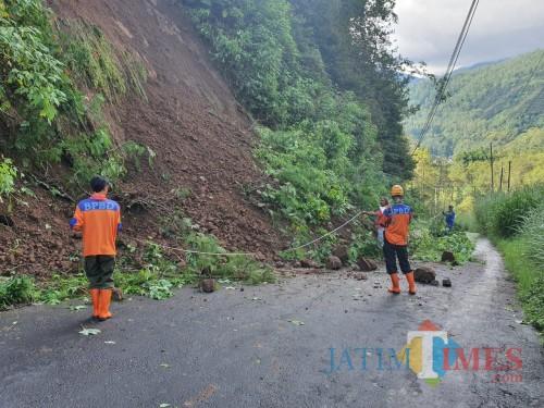 Tanah longsor beberapa saat lalu di Jalan Rajekwesi-Klemuk, Kelurahan Songgokerto, Kecamatan Batu. (Foto: BPBD Kota Batu)