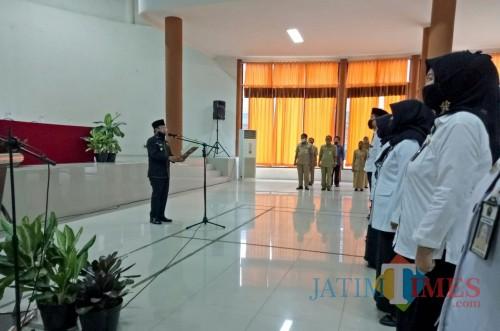 Wali Kota Malang Sutiaji saat mengukuhkan kepala sekolah di Aula Pertamina SMKN 2 Malang. (Foto: Ima/MalangTIMES)