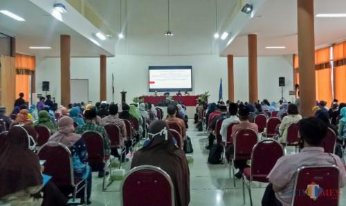 Suasana Pengarahan terkait Tertib Administrasi, Pertanggungjawaban, dan Penggunaan Dana Hibah (BOS) Tahun 2020 di Aula Pertamina SMKN 2 Malang. (Foto: Ima/MalangTIMES)