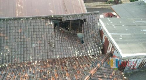 Atap rumah milik Wagirin di Kelurahan Sisir, Kecamatan Batu,Senin (6/7/2020). (Foto: istimewa)